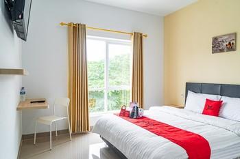 RedDoorz Plus near Teras Kota 3 Tangerang Selatan - RedDoorz Premium Room Best Deal