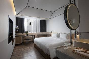 GAIA Cosmo Hotel Jogja - Deluxe King (Room Only) Regular Plan