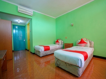 OYO 1389 Hotel Carissima Palembang - Standard Twin Room Regular Plan