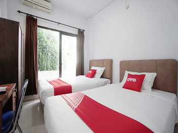 OYO 2566 Putri Kesia Rooms Manado - Deluxe Twin Room Regular Plan