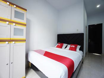 OYO 2566 Putri Kesia Rooms Manado - Deluxe Double Room Regular Plan