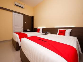 RedDoorz Plus near Paragon Mall Semarang Semarang - Family Room 24 Hours Deal