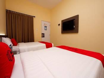 RedDoorz Plus near Paragon Mall Semarang Semarang - Family Room Regular Plan