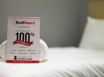 RedDoorz Near Pasar Santa Jakarta - RedDoorz Room Special Promo Gajian!