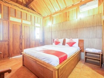 OYO 1347 Joglo Garut Cottage Syariah Garut - Deluxe Double Room Regular Plan