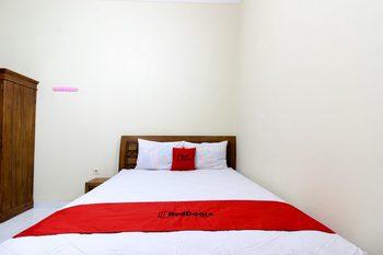 RedDoorz near Candi Ratu Boko Yogyakarta - RedDoorz Room with Breakfast 24 Hours Deal