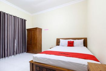 RedDoorz near Candi Ratu Boko Yogyakarta - RedDoorz Deluxe Room with Breakfast 24 Hours Deal
