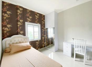 Guesthouse Putri Griya Fikarda Depok - Deluxe Double Room Only NR Minimum Stay 2 Nights