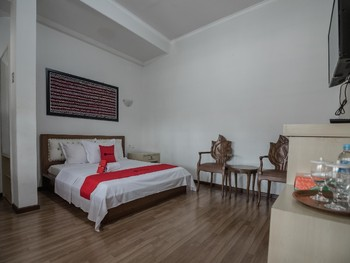 RedDoorz Plus Syariah @ Banjarbaru Banjarmasin - RedDoorz Deluxe Room with Breakfast Basic Deal