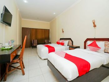 OYO 1652 Hotel Tampiarto Probolinggo - Suite Triple Regular Plan