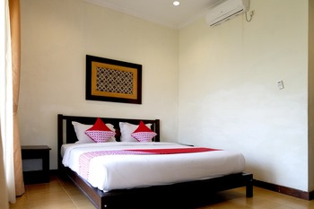 OYO 261 Sasono Putro Guest House Yogyakarta - Deluxe Double Room Regular Plan