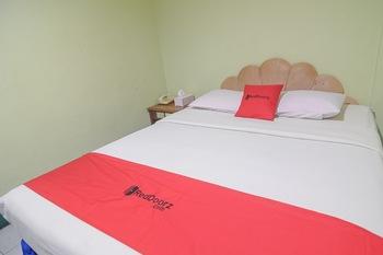 RedDoorz near Tugu Naga Singkawang Singkawang - RedDoorz Deluxe Room Basic Deal