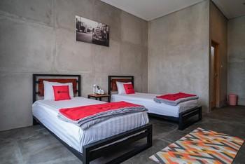 RedDoorz Syariah near Lombok Epicentrum Mall Lombok - RedDoorz Twin Room Basic Deals Promotion