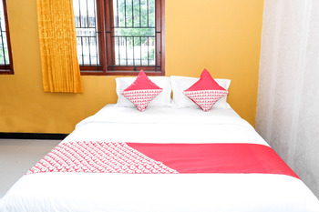 OYO 338 Guest House Omah Manahan Solo - Deluxe Double Room Regular Plan