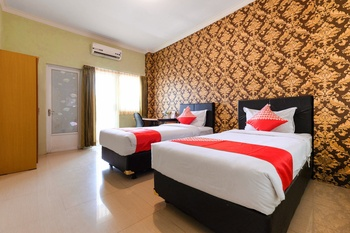 OYO 338 Guest House Omah Manahan Solo - Standard Twin  Room Regular Plan