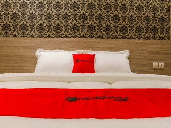 RedDoorz Plus @ Dipatiukur Bandung - RedDoorz Room with Breakfast Regular Plan