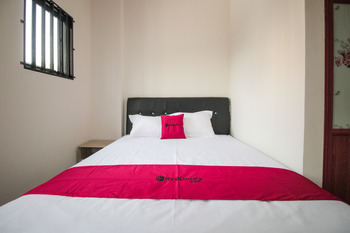 RedDoorz Syariah @ Jatinegara Jakarta - RedDoorz Room Basic Deal