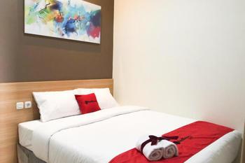 RedDoorz Plus @ Dukuh Kupang Surabaya - RedDoorz Room Gajian
