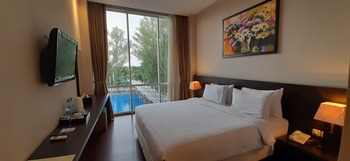 Oasis Siliwangi Sport Hotel Bandung - Deluxe 1 queen bed or 2 single bed pool view Basic Deal