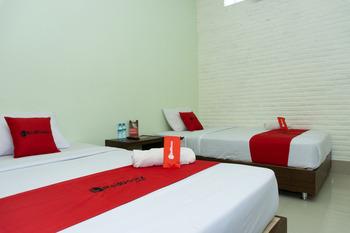 RedDoorz near Alun Alun Madiun Madiun - RedDoorz Twin Room Basic Deals