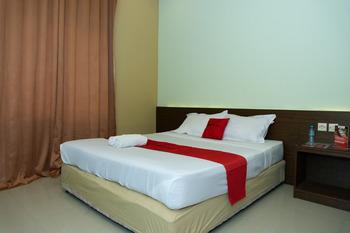 RedDoorz near Alun Alun Madiun Madiun - RedDoorz Premium Room Kurma Deal