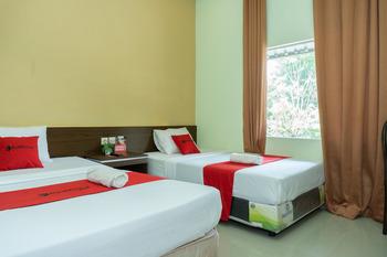 RedDoorz near Alun Alun Madiun Madiun - RedDoorz Premium Twin Room Kurma Deal