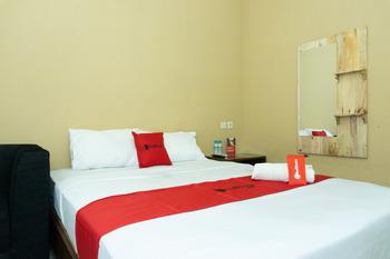 RedDoorz near Alun Alun Madiun Madiun - RedDoorz Room Kurma Deal