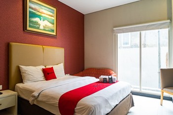 RedDoorz Plus near Blok M Square Jakarta - RedDoorz Premium Room Basic Deal