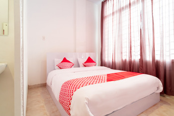 OYO 1557 Bungas Guest House Medan - Deluxe Double Room Regular Plan