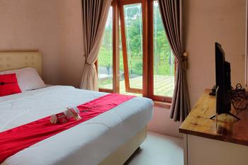 RedDoorz near Agrowisata Kebun Teh Dieng Wonosobo - RedDoorz Room Gajian