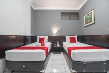 RedDoorz @Cihampelas Bandung - Deluxe Twin Room 24 Hours Deal