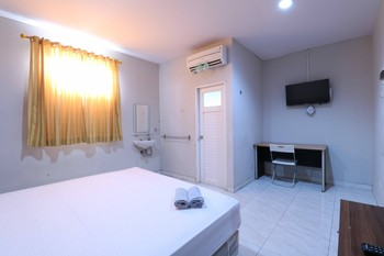 Sky Airlines Guesthouse Tangerang - Deluxe Double Room with Balcony Refundable 30% Special Discount