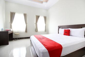 RedDoorz Syariah Plus @ Jakal Bawah 3 Yogyakarta - RedDoorz Deluxe Room with Breakfast Regular Plan