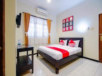 OYO 1650 Griya Joglo Homestay Yogyakarta - Deluxe Double Room Regular Plan