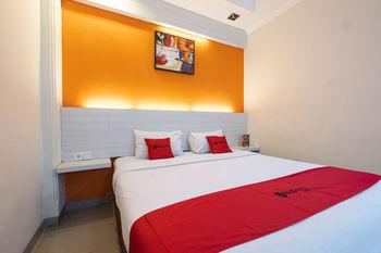 RedDoorz Plus @ Hotel Alden Makassar Makassar - RedDoorz Deluxe Room Basic Deals