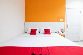 RedDoorz Plus @ Hotel Alden Makassar Makassar - RedDoorz Room Basic Deals