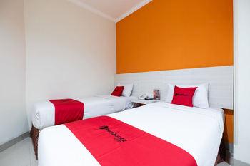 RedDoorz Plus @ Hotel Alden Makassar Makassar - RedDoorz Twin Room Basic Deals