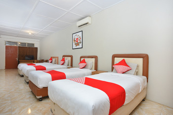 OYO 743 Garden Guesthouse Yogyakarta - Suite Triple  Regular Plan