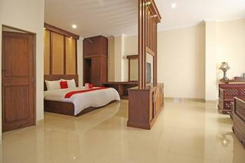 RedDoorz Premium near Solo Grand Mall Solo - RedDoorz Suite Room Regular Plan
