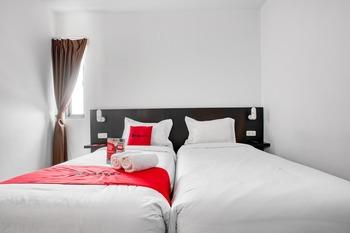 RedDoorz Plus near Season City Mall 2 Jakarta - RedDoorz Twin Room With Breakfast Last Minute Deal - 15%
