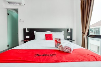 RedDoorz Plus near Season City Mall 2 Jakarta - RedDoorz Family Room With Breakfast Regular Plan