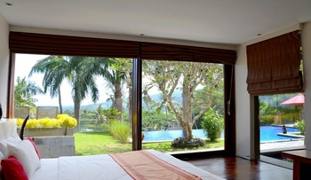 Villa Tiara Lombok - Luxurious King Size Bedroom In Shared Villa with Sea View Regular Plan