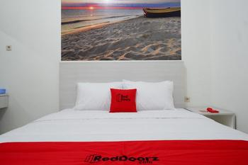 RedDoorz near Mataram University Lombok - RedDoorz Room Regular Plan