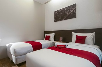 RedDoorz Plus near Gandaria City Mall 2 Jakarta - RedDoorz Twin Room with Breakfast Basic Deal