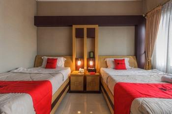 RedDoorz @ Cipanas Cianjur - RedDoorz Twin Room Basic Deal 40 %