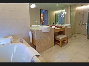 Crowne Plaza Changi Airport - Premier Room, 1 King Bed, Non Smoking, Pool View Regular Plan