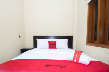 RedDoorz Syariah near UNTAG Banyuwangi 2 Banyuwangi - RedDoorz Room with Breakfast  Basic Deal