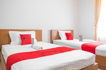 RedDoorz near Siloam Karawaci 3 Tangerang - RedDoorz Twin Room with Breakfast Special Deals
