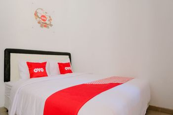 OYO 1939 De Zity Family Residence Jember - Saver Double Room Regular Plan