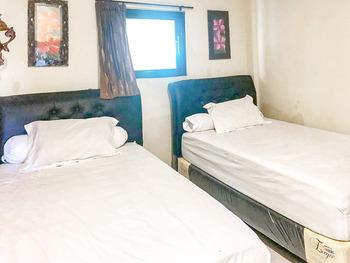 Vandhela Homestay Syariah by RedDoorz Surabaya - Standard Twin Room Best Deal